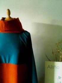 vestiseta naranja y azul cuello