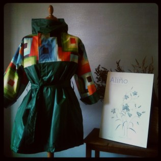 Impermeable Cubista en verde Green cubist raincoat 115€