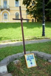 Memorial cross to activist of Euromaidan who was killed at Instztutska str.