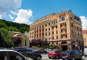 Riviera Hotel and Lower entrance to funiculaire at Poshtova Square