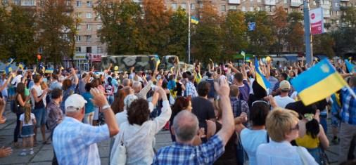 People greet Ukrainian soldiers