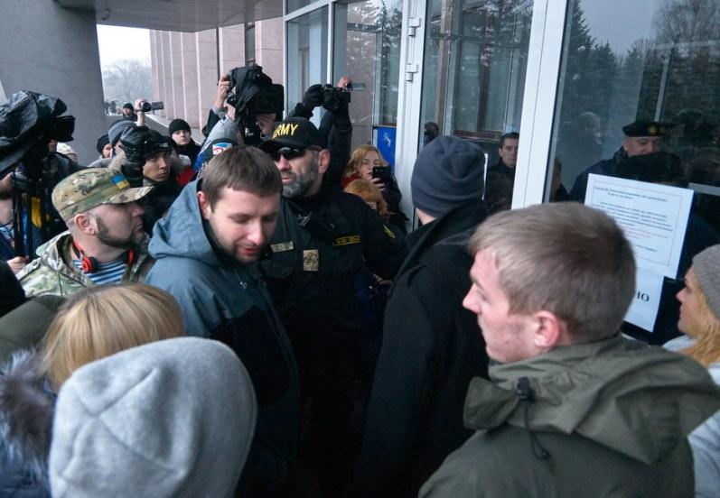 Deputies enter the City Hall