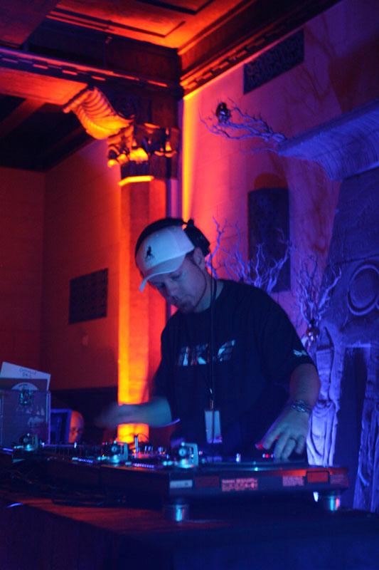 KCRW_Masquerade_2009_DJ-Shadow_26by_Jeremiah_Garcia