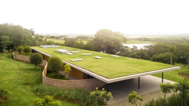 Minimalistička kuća sa ekspanzivnim zelenim krovom u Brazilu