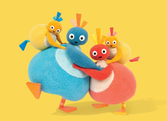 picture of the twirlywoos all having a cuddle