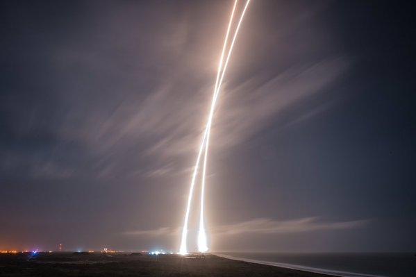 SpaceX: riuscito l'atterraggio in verticale del primo stadio del Falcon 9