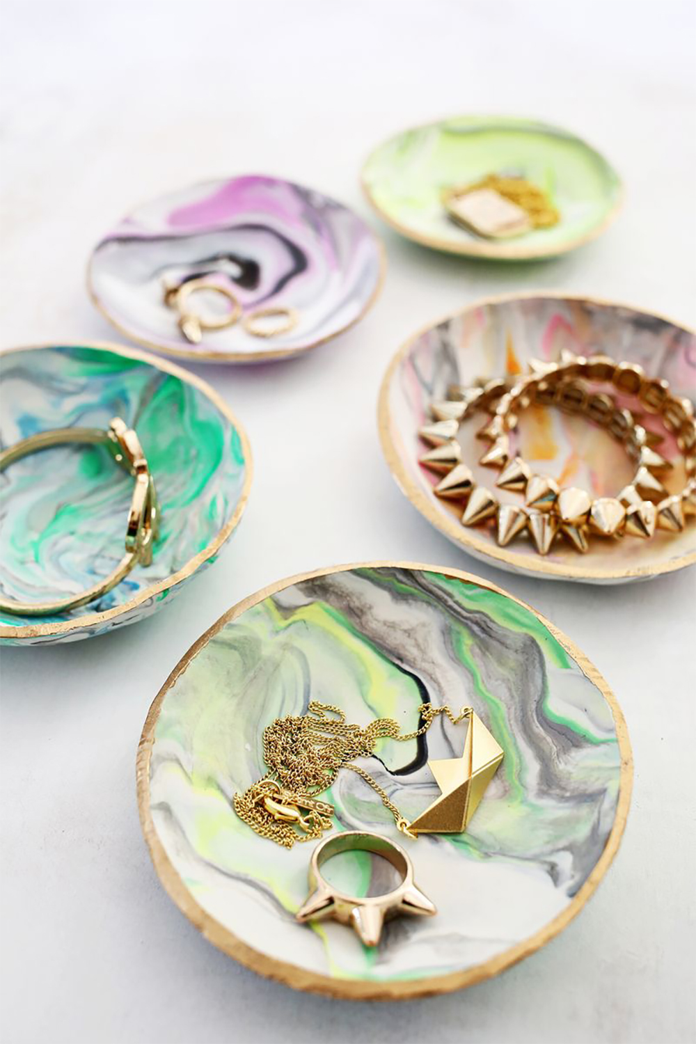 The perfect Christmas gift - DIY marbled clay ring tray | Aliz's Wonderland