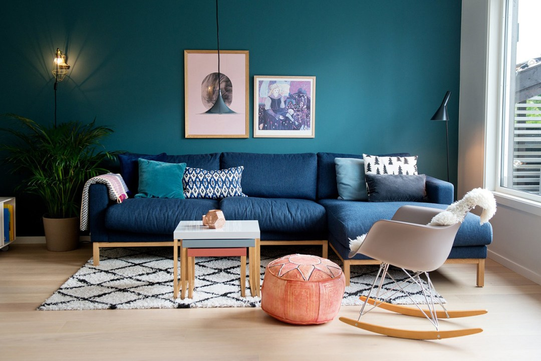 Mid blue living room with bright floor and furniture - 35 ideas for blue wall colour in home decoration | Aliz's Wonderland