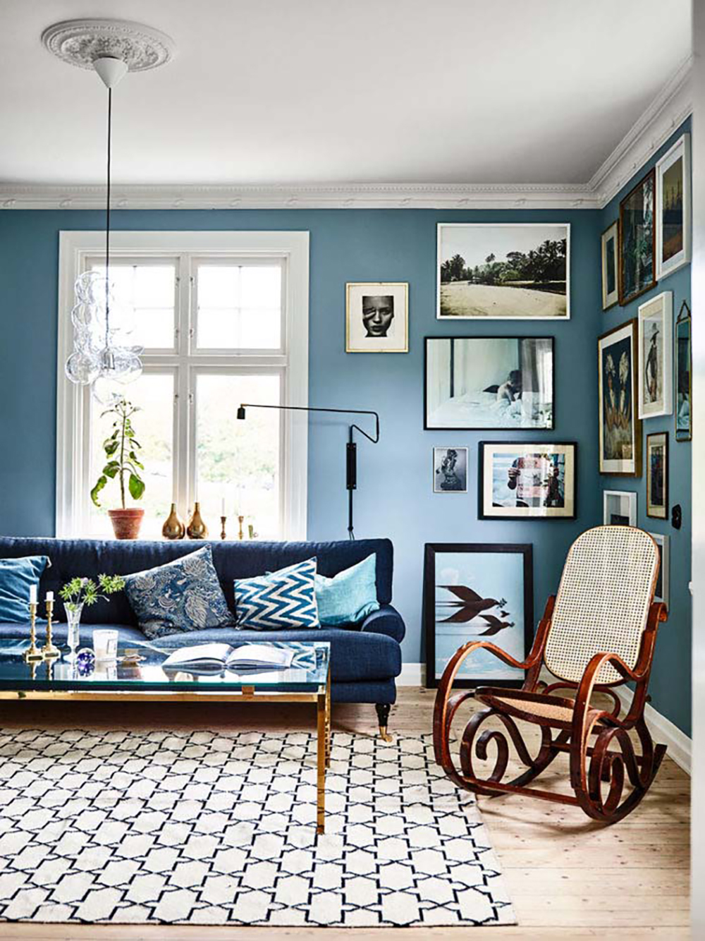 Living room with different shades of blue and some bright colours - 35 ideas for blue wall colour in home decoration | Aliz's Wonderland