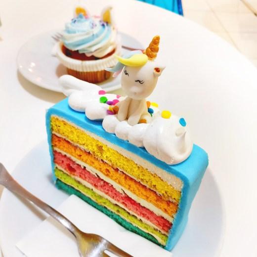 Yummy rainbow cake and unicorn cupcake in Sugar shop - Unicorn and rainbow food guide to Budapest, Hungary | Aliz's Wonderland #unicorn #unicornfood #budapest #rainbowfood #budapestfood
