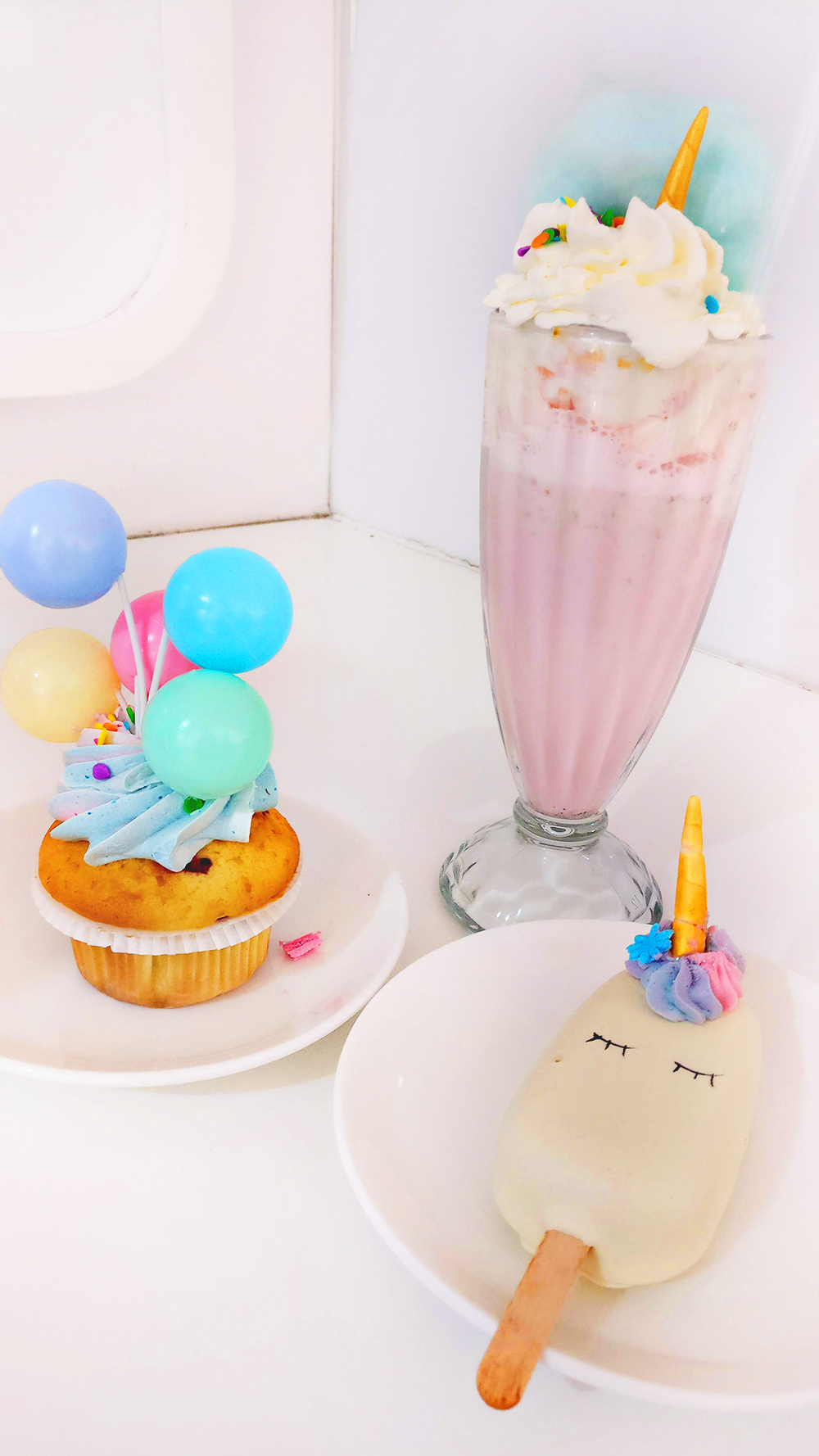Unicorn cupcake, unicorn magnum and unicorn shake - Unicorn days in Sugar shop - Unicorn and rainbow food guide to Budapest, Hungary | Aliz's Wonderland #unicorn #unicornfood #budapest #rainbowfood #budapestfood