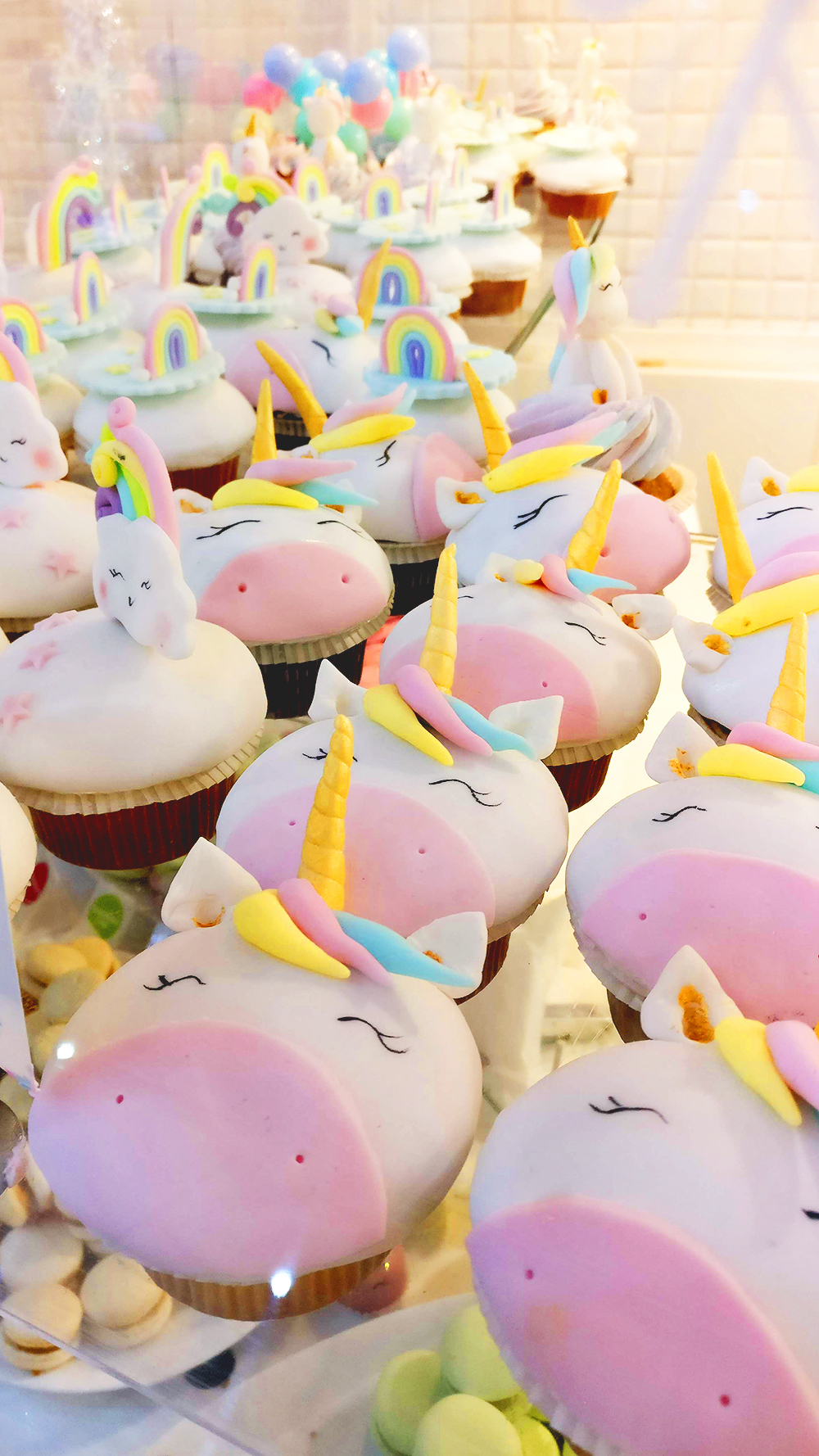 Unicorn cupcake - Unicorn days in Sugar shop - Unicorn and rainbow food guide to Budapest, Hungary | Aliz's Wonderland #unicorn #unicornfood #budapest #rainbowfood #budapestfood