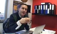 الصحفي الحموتي محمد يفتح النقاش حول الملكية بإذاعة المنار ببلجيكا.