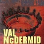 Recension: Under ingrodda ärr av Val McDermid