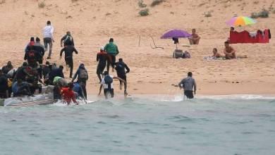 Photo of مهاجرون أفارقة محظوظون يضلون طريقهم في البحر ويصلون إلى شاطئ للعراة في إسبانيا