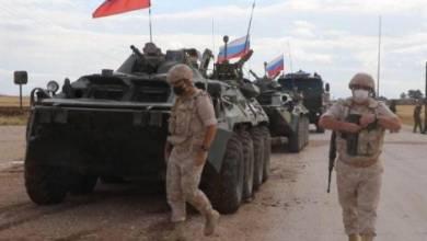 Photo of دوريات روسية بالقرب من حقول النفط التي تسرقها قوات الاحتلال الأمريكي بريف الحسكة