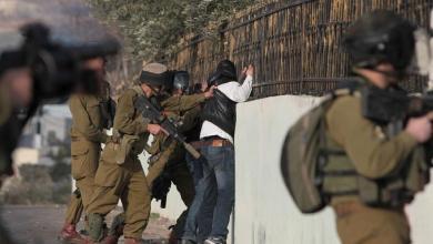 Photo of كرمى لمستوطنيهم.. الاحتلال يعتقل فلسطينيين ويعتدي عليهم في الخليل