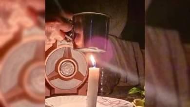 """Photo of """"عالشمعة"""" .. سيدة سوريّة تصنع فنجان شاي بعد نفاد مواد الطاقة الأخرى"""