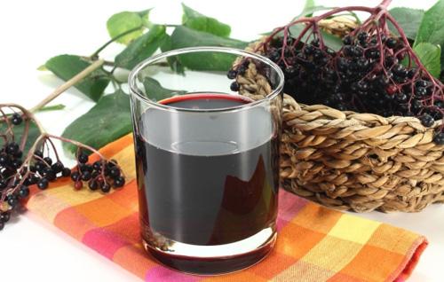 Вино из черноплодной рябины с вишневыми листьями