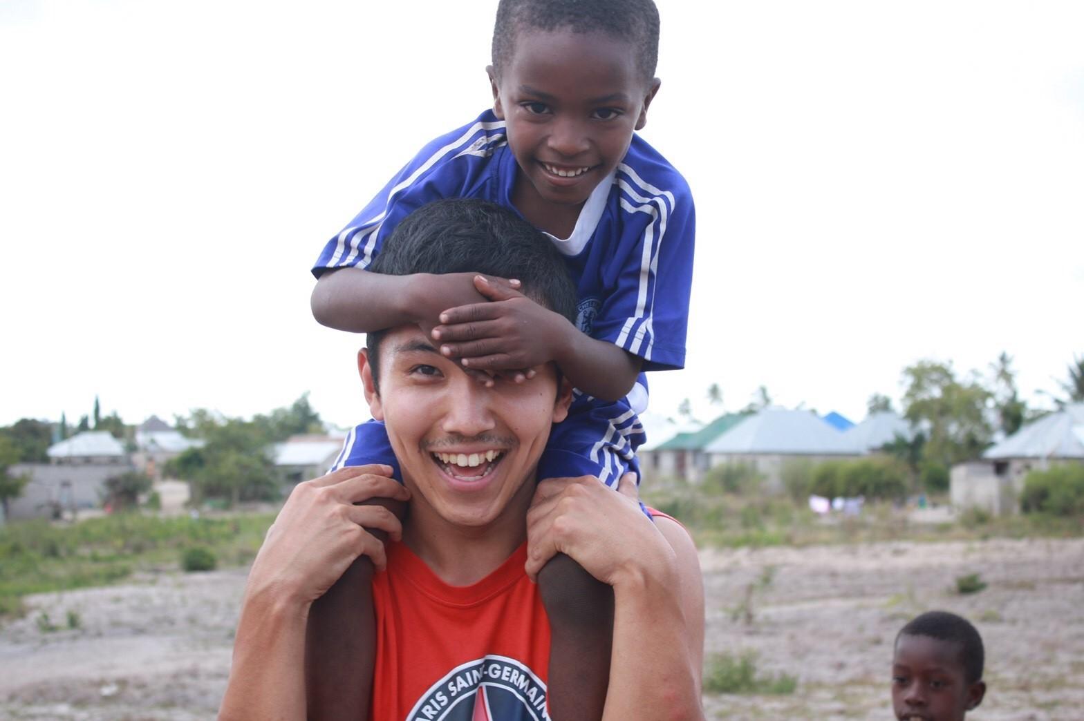 アライケンタとタンザニアの子供肩車