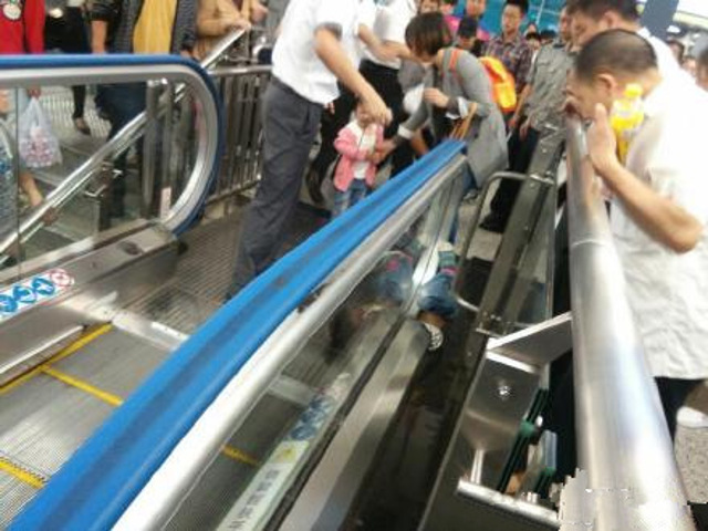 Horrifying accident of a 4-year-old boy in an Escalator in China1