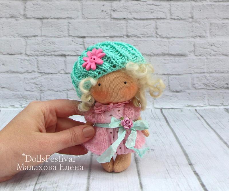 Маленькая куколка из трикотажного полотна