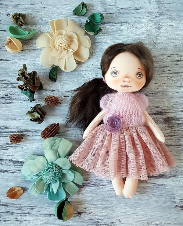 красивая текстильная куколка