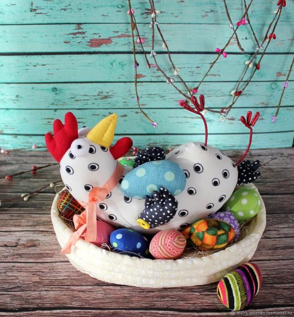 Курочка в корзинке с яйцами на Пасху
