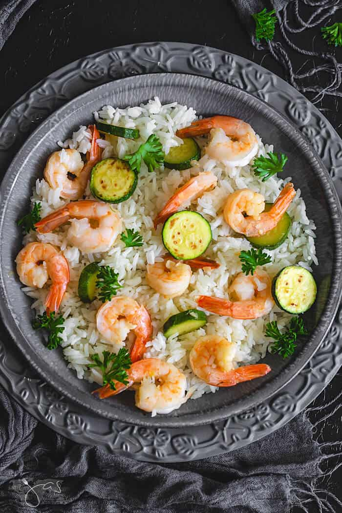 Perfect for quick weeknight dinner, you will love this Italian risotto with shrimp and zucchini.   allthatsjas/com   #dinner #recipes #recipeofthemonth #seafood #shrimp #paleo #glutenfree