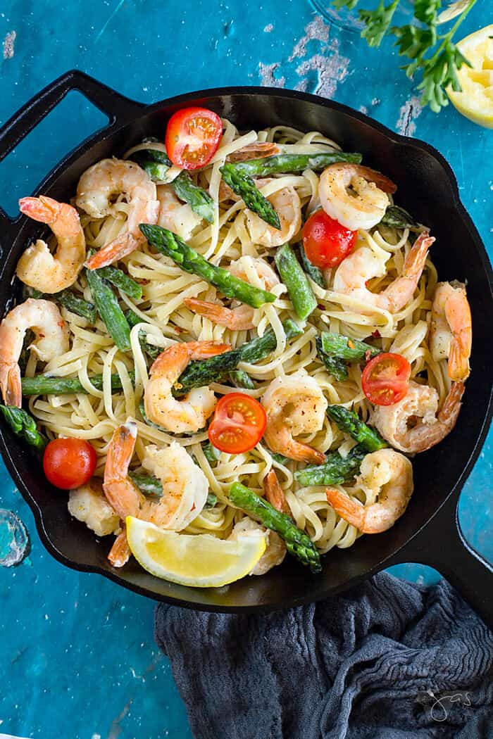 Lemon-garlic shrimp with linguine and asparagus | allthatsjas.com | #linguine #italian #pasta #maindish #easyrecipe #quick #recipeofthemonth
