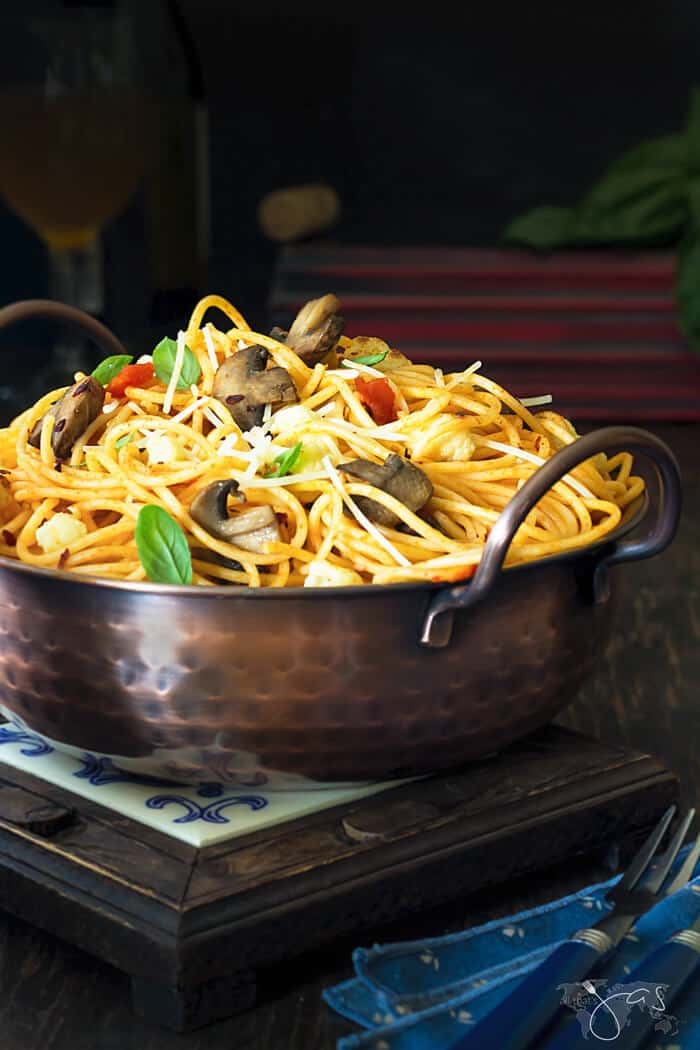 A delicious dish that the whole family will love, spaghetti with caramelized cauliflower and mushrooms are super easy to make. | allthatsjas.com | #spaghetti #pasta #noodleswithoutborders #easy #recipeofthemonth