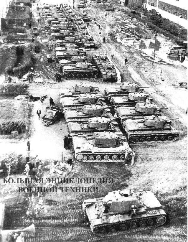 Готовые танки во дворе Челябинского Кировского завода. Весна 1942 года. Хорошо видно, что вместе с КВ-1 стоят несколько танков КВ-8.