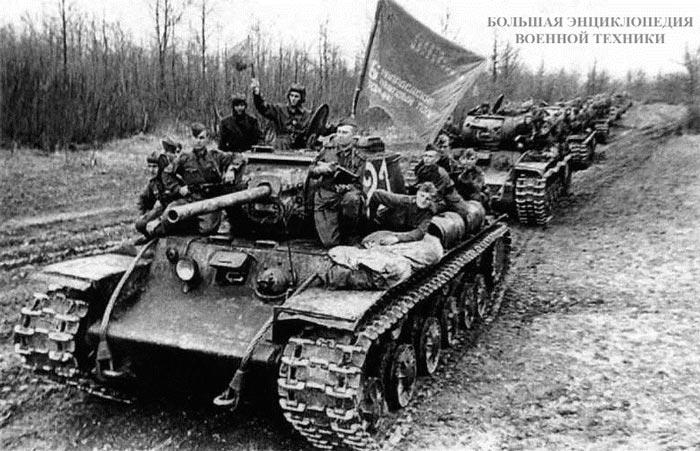 Колонна танков КВ-1C 6-го гвардейского танкового полка прорыва перед маршем в район боевых действий. Весна 1943 года.