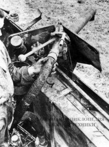 Правый бортовой огнемет машины Sd. Kfz 251/16. Хорошо видны шланг подачи огнесмеси в защитной оплетке и органы управления огнеметом