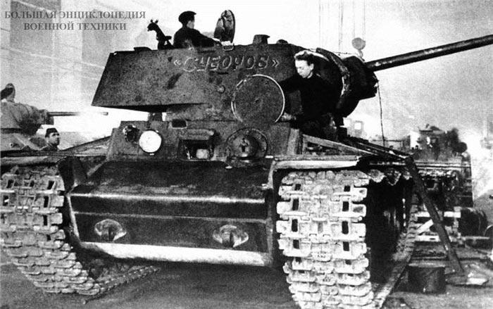 Ремонт танка «Суворов» на одном из заводов Москвы. Весна 1942 года