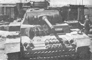 Средний танки Pz. III Ausf.J вооруженный 50-мм пушкой с длиной ствола в 60 калибров, во время разгрузки с железнодорожной платформы. Восточный фронт, 1942 год. На правом крыле машины – тактический значок 24-й танковой дивизии (24.Panzer-Division)