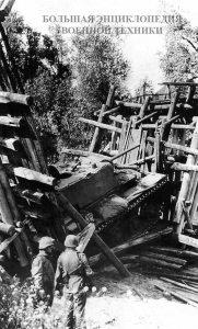 танк (с литой башней), провалившийся при движении по мосту
