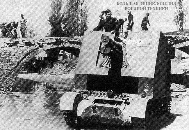 150-мм САУ из состава 704-й роты тяжелых пехотных орудий вброд форсирует водную преграду