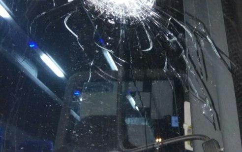 טרור האבנים: נזק לאוטובוס בפיגוע אבנים סמוך לתקוע הערבית – אין נפגעים