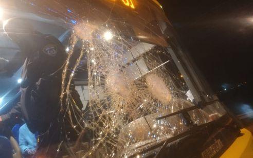 נהג אוטובוס נפצע בפיגוע אבנים בצומת ה T