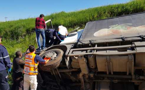 נהג משאית נפצע בינוני כתוצאה מהתהפכות משאיתו בכניסה לטמרה
