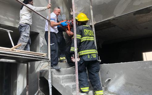 פועל נפל מגובה באתר בניה ברחוב באילת – מצבו בינוני