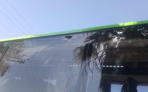 נהג אוטובוס נפצע בפיגוע אבנים סמוך למעלה עמוס