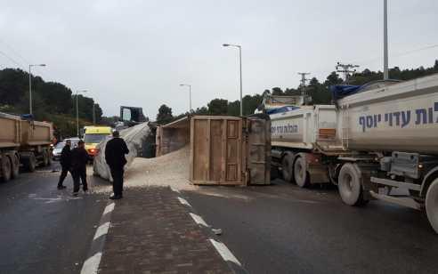 כביש 70 נחסם בעקבות התהפכות משאית – שוטרים מכוונים את התנועה