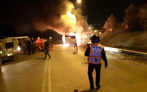 צפו: אוטובוס עלה באש מבקבוק תבערה שהשליכו מחבלים סמוך לקדומים – אין נפגעים