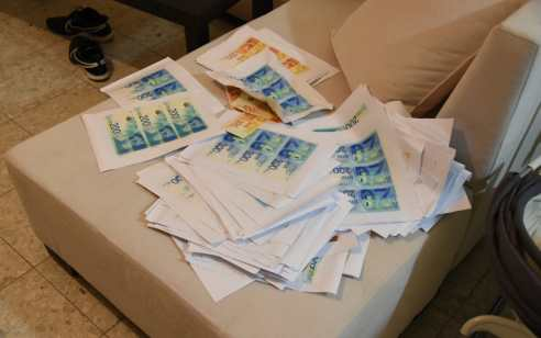 נחשפה מעבדה לזיוף כסף ברמלה: נעצרו מספר מעורבים בחשד לניהול ייצור והפצה של שטרות החשודים כמזוייפים