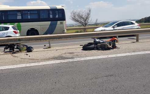 רוכב אופנוע התנגש במעקה בטיחות בכביש 40 סמוך לצומת סגולה – מצבו בינוני