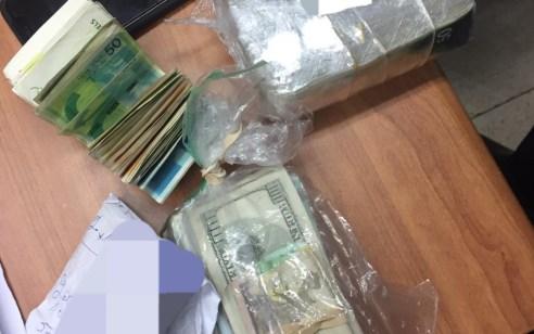 המשטרה פשטה לפנות בוקר על ביתם של שמונה חשודים בסחר בסמים בתל אביב