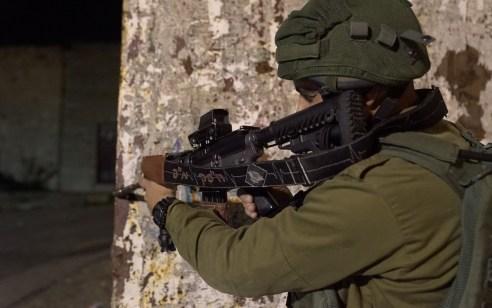 """לוחמי צה""""ל ירו ועצרו 3 מחבלים עם סכינים ורימונים בדרום רצועת עזה – אחד המחבלים חוסל"""