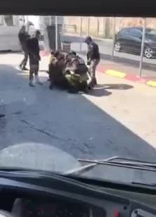 סוכל פיגוע: מחבלת חמושה בסכין נעצרה בנוהל מעצר חשודה בחסום א-זעים לאחר ששלפה סכין (תיעוד)